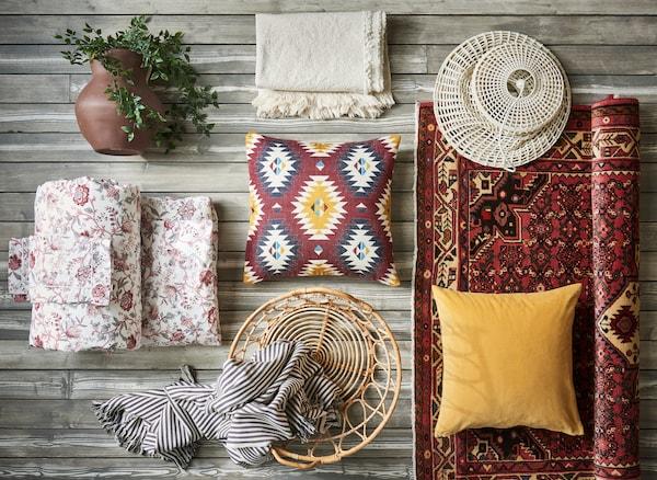 Mit traditionellen Mustern und kuscheligen Stroffen lässt sich im Handumdrehen ein angenehmes Schlafzimmer schaffen. Wie wäre es z. B. mit IKEA SPRÄNGÖRT Bettwäsche-Set mit Blütenmuster, inspiriert von einem Druck aus dem 19. Jahrhundert?