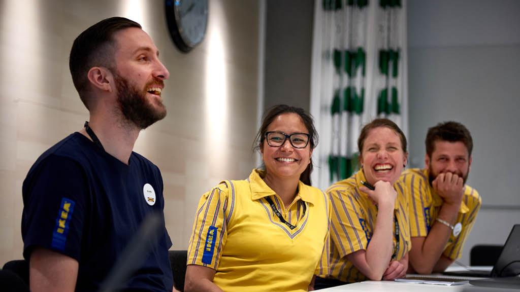 Mitarbeiter sitzen an einem Tisch in einem Meetingraum
