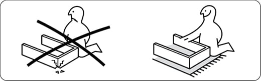組み立てる際は、床や家具のダメージを防ぐため、保護マットを敷きましょう。