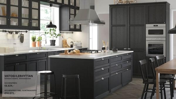 Mittelgroße Küche in schwarz und weiß im traditionellem Stil mit schwarz lasierten LERHYTTAN Fronten.