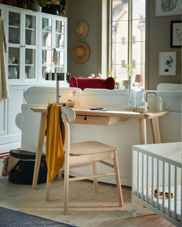 مكتب من قشرة خشب الدردار خلف كنبة EKTORP، حيث يوفر مساحة عمل في غرفة الجلوس.