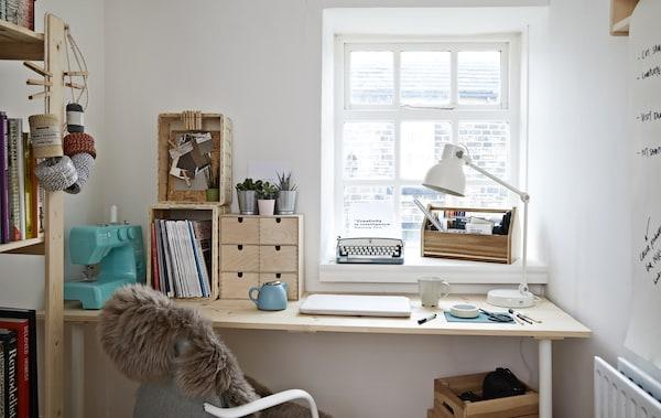 مكتب منزلي أبيض مع مكتب وكرسي مكتب.