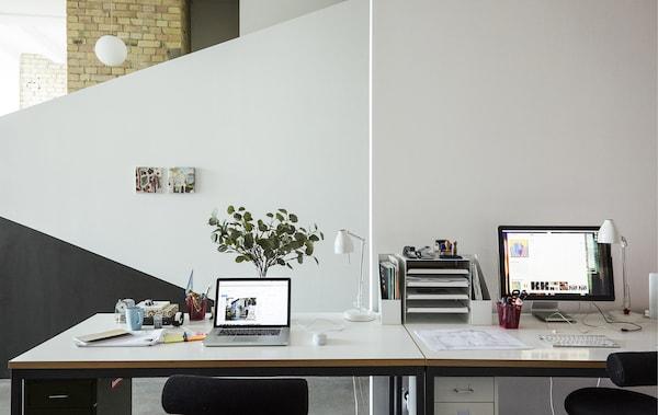مكتبان جنبًا إلى جنب.