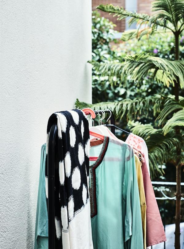 ملابس على سكة تعليق في شرفة.