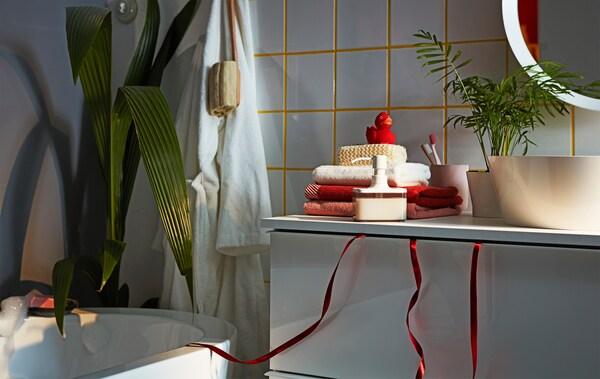 Mobile per lavabo GODMORGON con un nastro da regalo che pende dal cassetto superiore chiuso - IKEA
