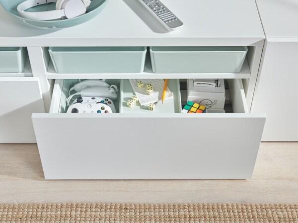 Mobile tv bianco con cassettone aperto.