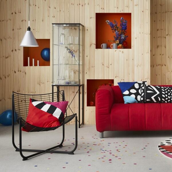 Mobilier în culori vii, cu model, într-o cameră cu panouri din lemn.