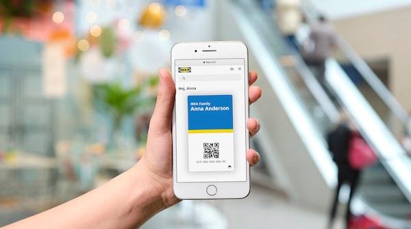 Mobilný telefón s digitálnou kartou IKEA Family na displeji.