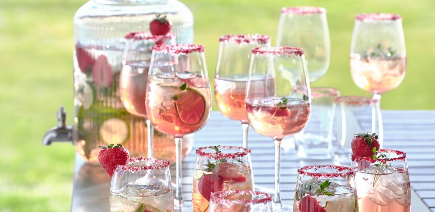 Mocktails im Sommer auf einem Tisch im Garten