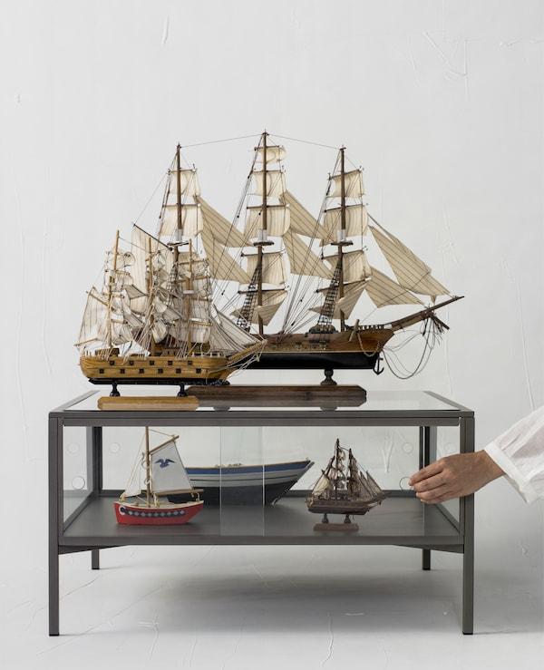Modeli brodova izloženi na stoliću.