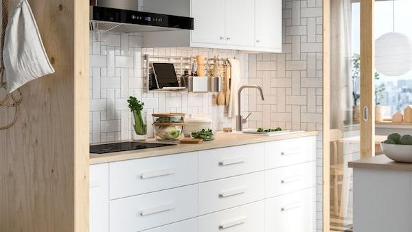 Moderne kjøkken med hvite fronter