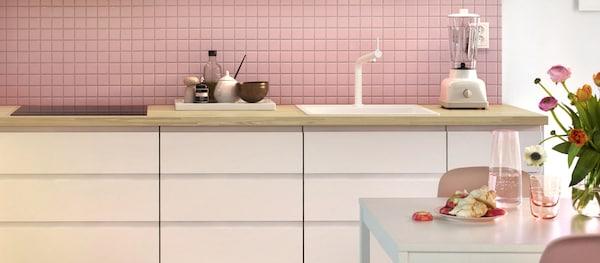 Moderni valkoinen METOD / VOXTORP-keittiö