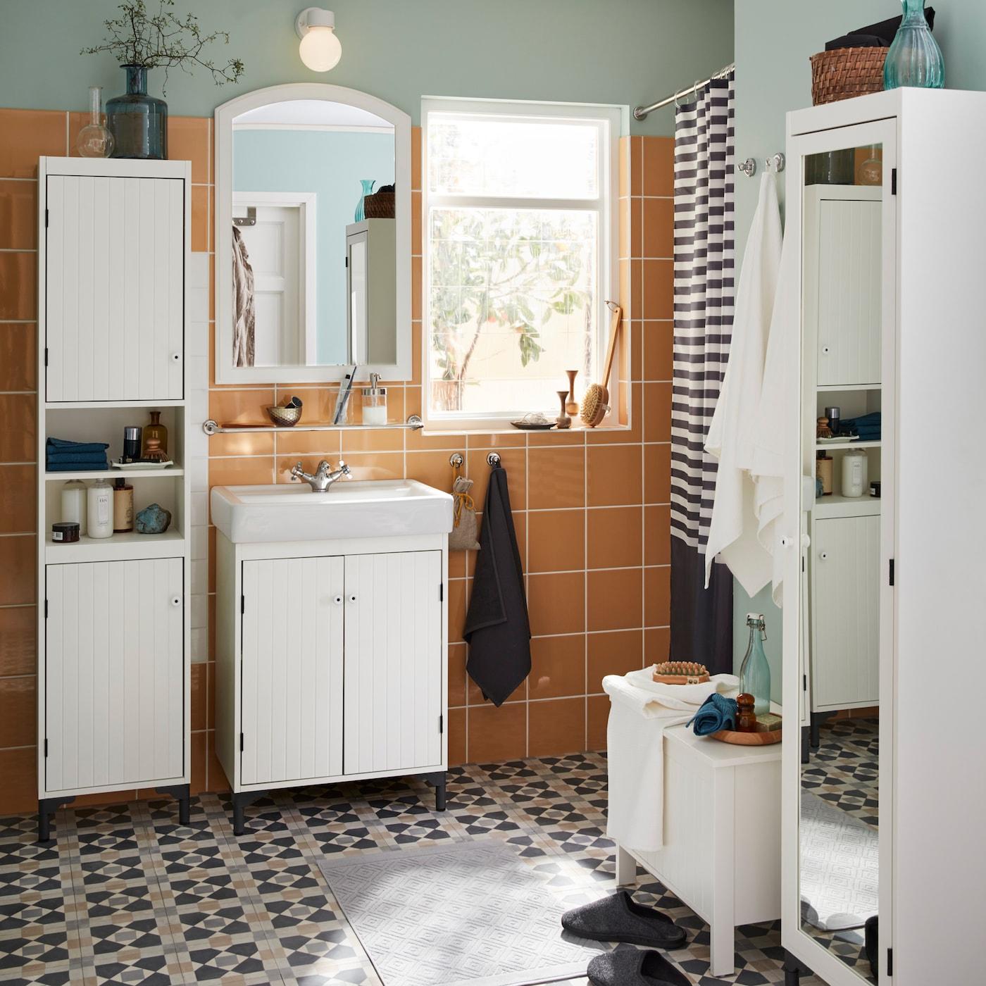 Modernisez Votre Salle De Bain Avec La Série Traditionnelle IKEA SILVERÅN:  Armoires Garnies De Portes