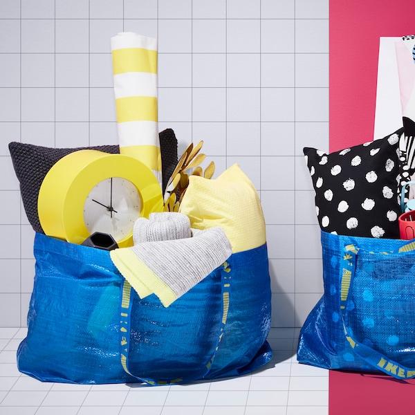 Modrá nákupná taška IKEA plná výrobkov.