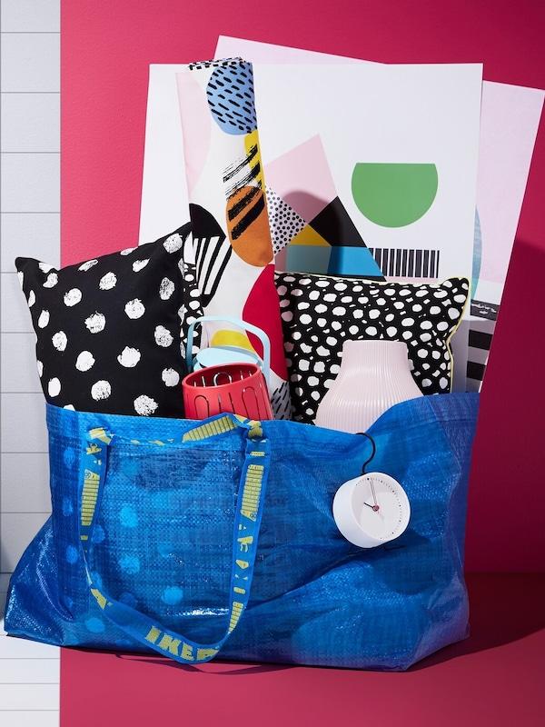 Modrá taška IKEA plná polštářů a dalších výrobků IKEA v ceně do 300 Kč