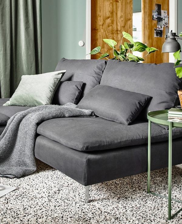 Mòduls de sofà de la sèrie SÖDERHAMN en gris, amb una petita taula de cafè verda.