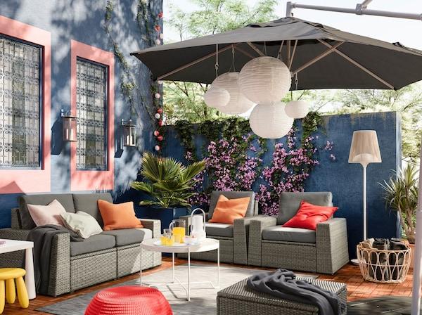 モジュール式の家具を庭に置いてラグやパラソルを置けばお気に入りの空間が作れます