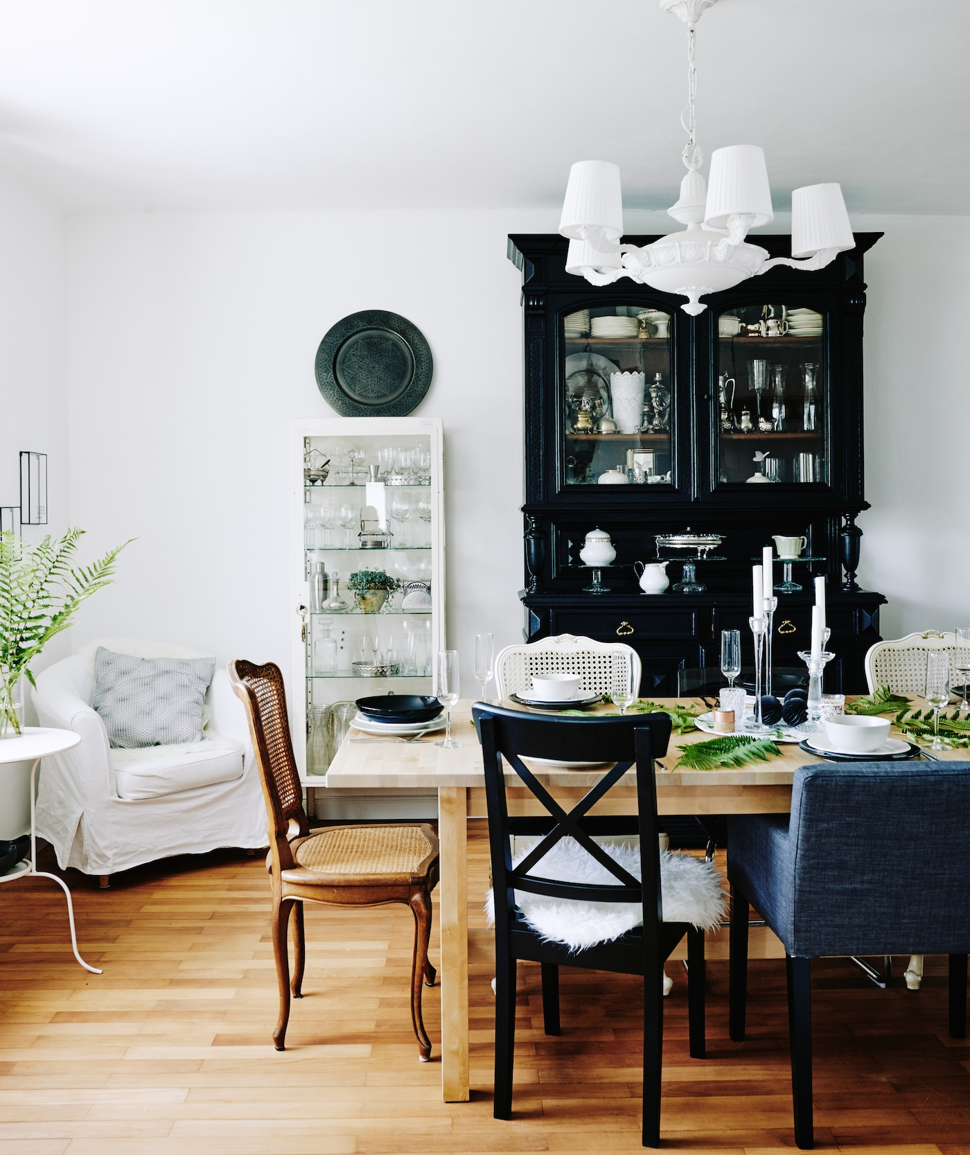 Mona's relaxed yet inviting dining room with a seasonal central table setting SEO-friendly name: A relaxed dining room with a beautiful seasonal centrepiece.