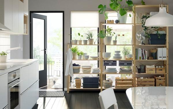 Monokróm konyha, növényekkel, evőeszközökkel és fa polcokkal.