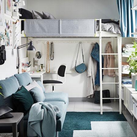 Monolocale arredato nei toni del grigio, verde e bianco, con letto a soppalco e piano scrivania – IKEA