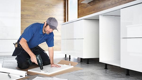 montażysta montujący kuchnie IKEA