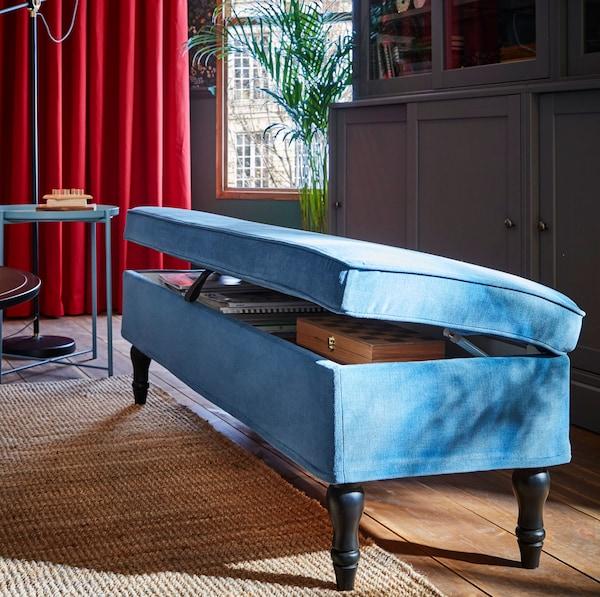 مقعد تخزين أزرق زاهي STOCKSUND من ايكيا بأرجل تقليدية محفورة خشب أسود.