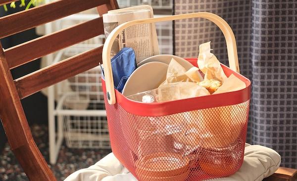 Mriežkovaný košík RISATORP v červenej farbe vhodný na uskladňovanie.