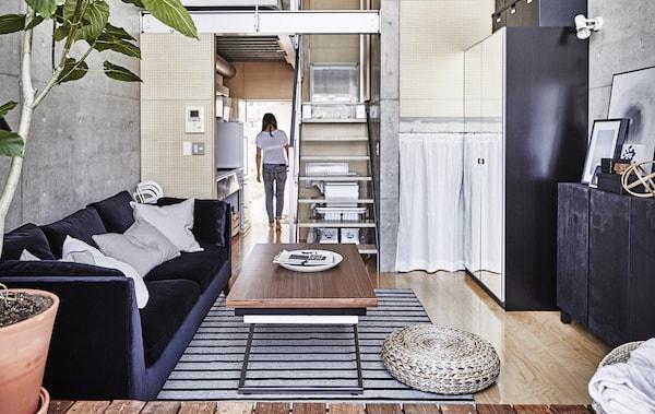 مساحة جلوس ومطبخ مفتوحة.