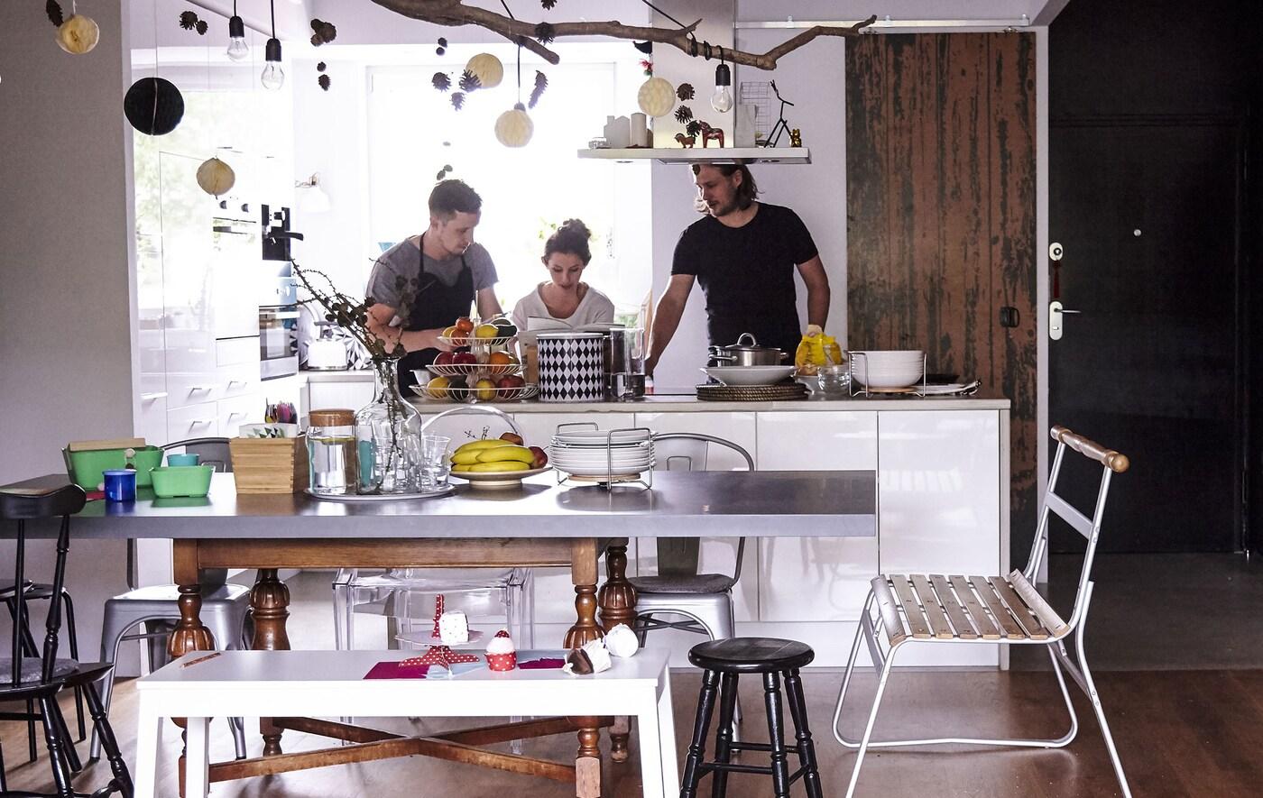 مطبخ فسيح يُستخدم بسهولة كمساحة مشتركة