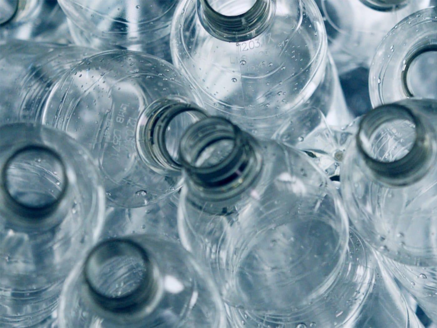 Műanyag PET palackok várják az újrahasznosítást.
