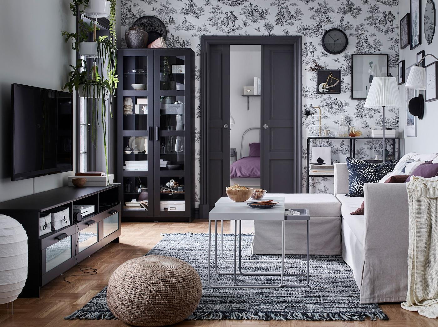 Musta IKEA BRIMNES tv-taso ja kaapit luovat tyylikkään modernin olohuoneen, jossa on avointa ja suljettua säilytystilaa ja hyvät toiminnot.