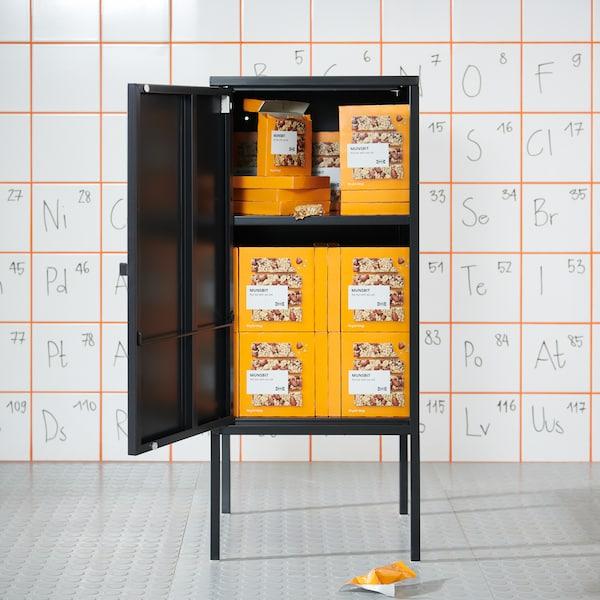 Musta kaappi, jonka sisällä HJÄLTEROLL-granolapaketteja.