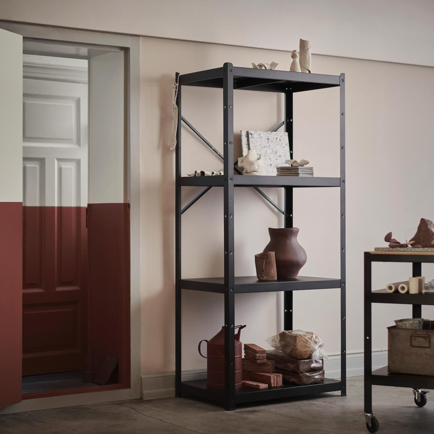 Mustasta metallista valmistetut BROR-säilytyskalusteet ovat teollistyylisiä. Hyllyt, kaappi ja tarjoiluvaunu sopivat autotalliin, harrastetilaan tai mihin tahansa kodin huoneeseen.