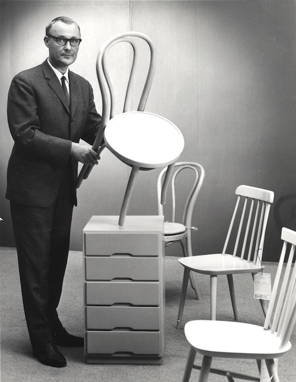 Mustavalkoinen valokuva, jossa nuori Ingvar Kamprad piteleen tuolia käsissään.