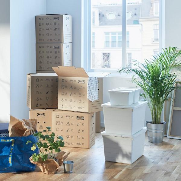 Muuttaminen on helpompaa, kun pahvisia ja muovisia muuttolaatikoita on paljon – ja lisäksi muutamia perinteisiä sinisiä IKEA-kasseja. Jos vielä merkitset sisällön, kaikki käy sujuvasti.