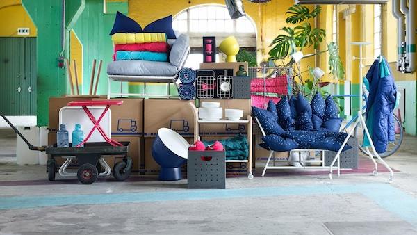 Muuttolaatikoita ja sekalaisia tavaroita varastossa