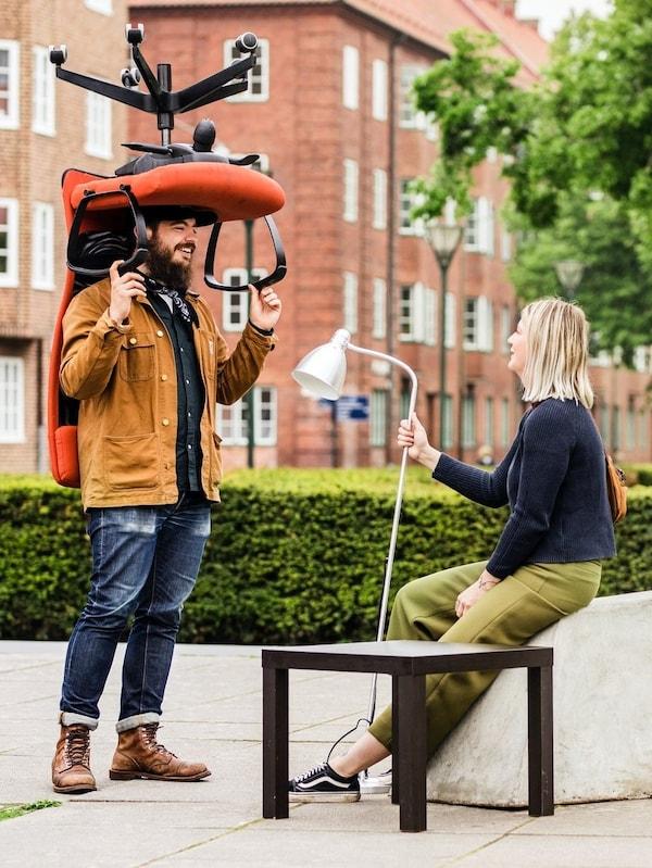 Muž a žena s nábytkom na ulici.