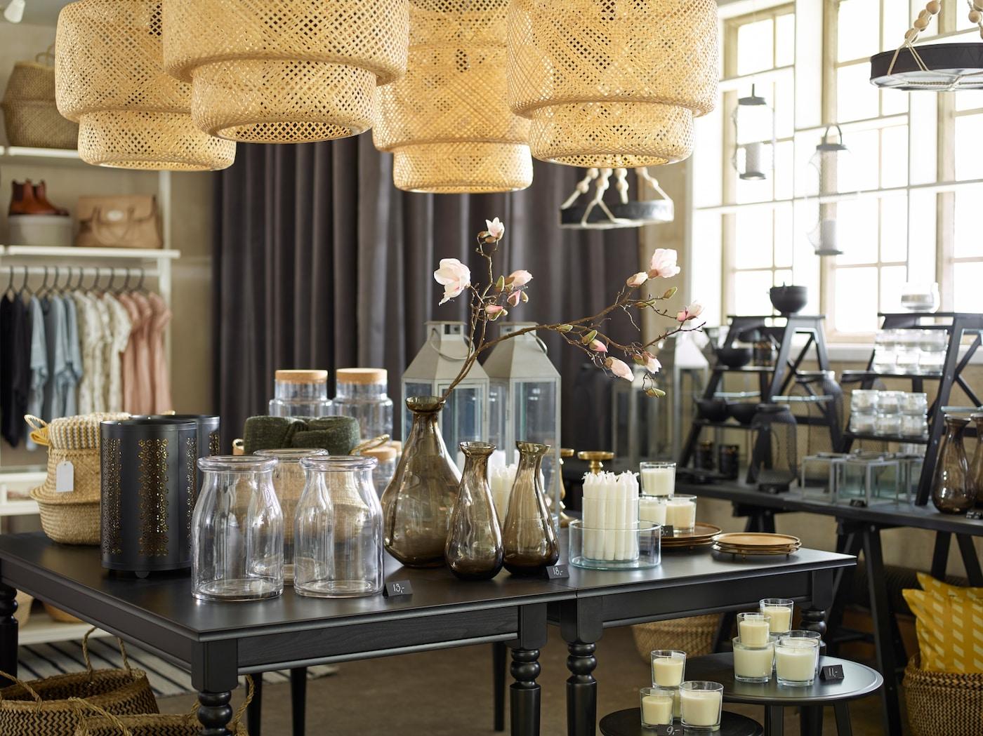 Myymälän pöytä täynnä kauniita sisustusesineitä.