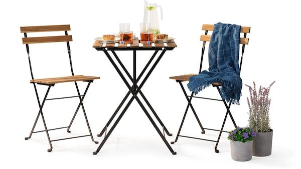 Na obrázku je koláž venkovního nábytku IKEA v hnědé barvě.