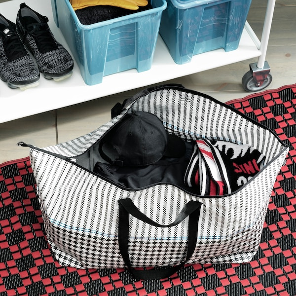 Na zemi položená veľká nákupná taška SAMMANKOPPLA.