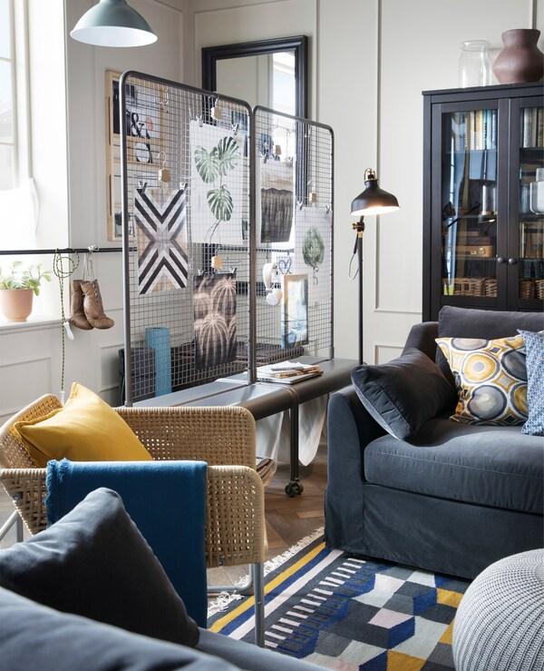 Nach der Achtsamkeit aufs Sofa? Hol dir hierfür IKEA FÄRLÖV in Dunkelgrau, hier u. a. mit VEBERÖD Raumteiler in Naturfarben. Das Sofa bietet besonders weichen Komfort und stützt dich dank seiner Taschenfedern und einer oberen Schicht aus Schaumstoff und Polyesterfaser optimal.