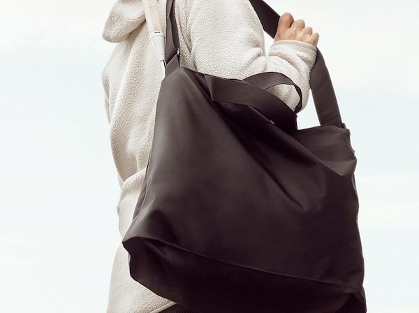 Nachhaltigkeit Picknick Frau mit RÄCKLA Falttasche