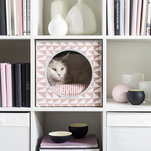 Nadýchaná kočička odpočívá v růžovém pelíšku v dílu KALAX