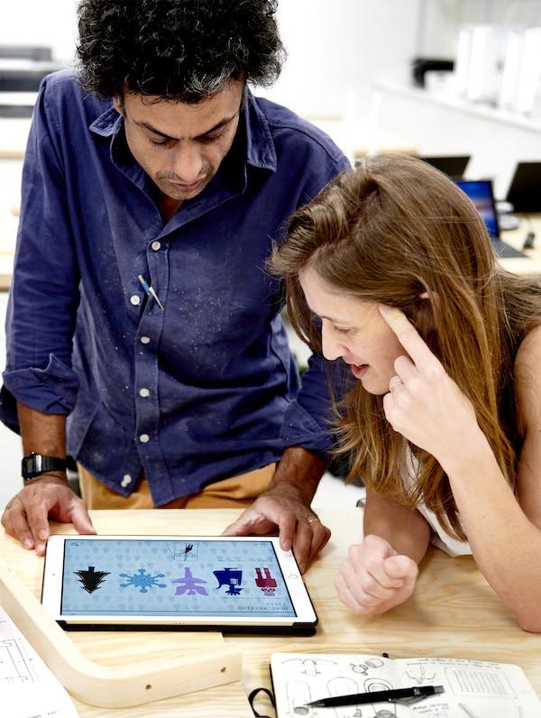 Naeem Biviji en Bethan Rayner, designers.