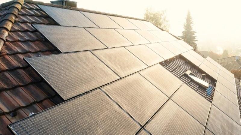 Närbild på en villas tak med solceller.