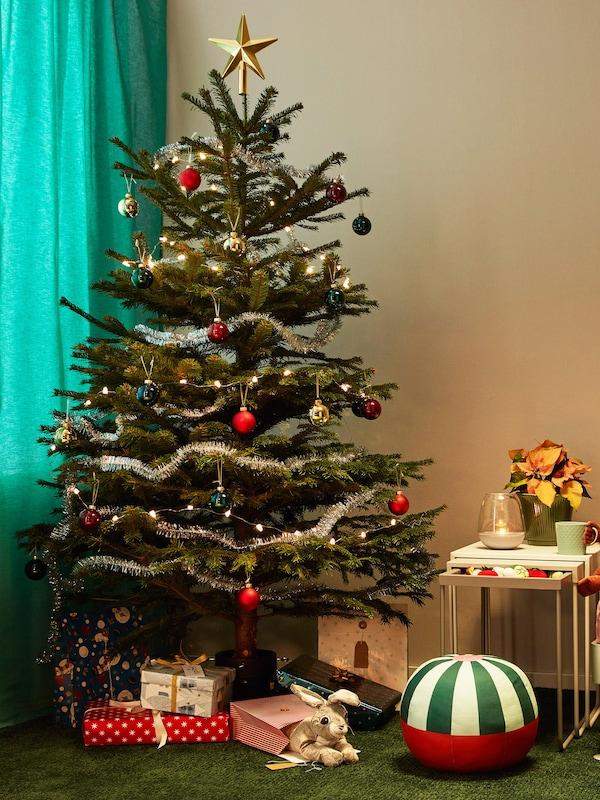 Närbild på pyntad julgran.