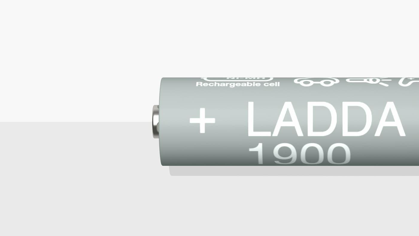 Nærbilde av et LADDA oppladbart batteri (HR6 AA) på ei hvit og grå overflate.