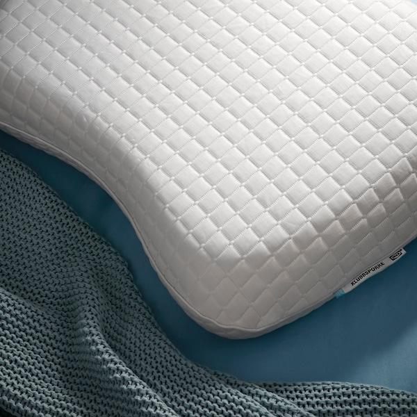 Nærbillede af formen på KLUBBSPORRE ergonomisk pude, som har toplag af et kølende materiale.