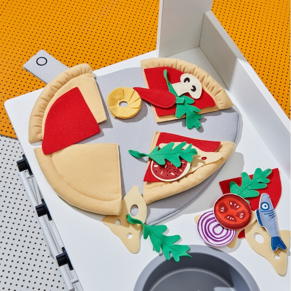 Nahaufnahme der vielen Spielelemente aus DUKTIG Pizza-Set 24-tlg. Pizza/bunt wie Tomaten, Fisch und Zwiebeln.