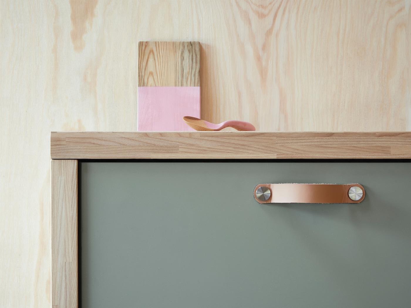 Nahaufnahme einer Küchenschublade mit der BODARP Schubladenfront